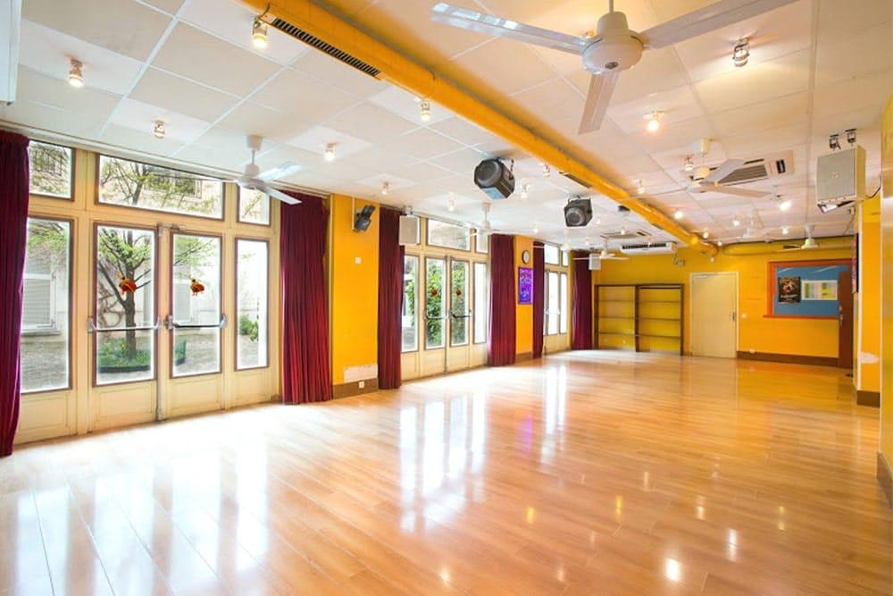 Location studio de danse au couleur jaune